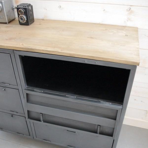 buffet industriel avec casiers militaires meuble chaussures heure cr ation. Black Bedroom Furniture Sets. Home Design Ideas