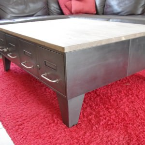 Table basse industrielle avec anciens tiroirs d for Table basse industrielle tiroir