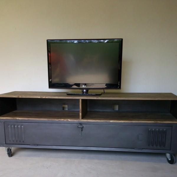 Meuble tv industriel avec ancien vestiaire et niche pour for Meuble tv loft industriel