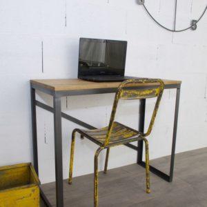 un bureau de style industriel sur-mesure en acier et chene