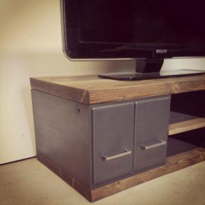 un meuble tv en bois et metal avec tiroirs en acier