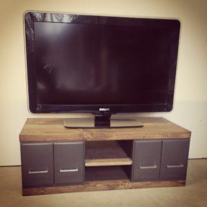 un meuble tv industriel en bois et metal avec tiroirs