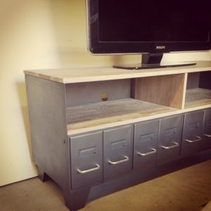 un meuble tv industriel fait sur-mesure en acier et bois