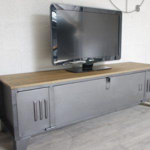 un meuble tv vestiaire avec une porte large