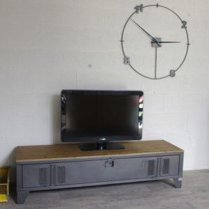 un meuble tv avec un vestiaire industriel