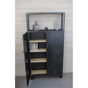 un buffet en acier design avec etageres en bois
