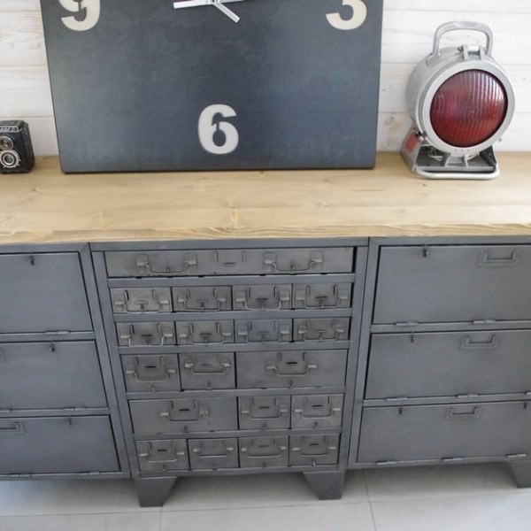 buffet industriel ancien avec casiers militaires restaur notre atelier. Black Bedroom Furniture Sets. Home Design Ideas