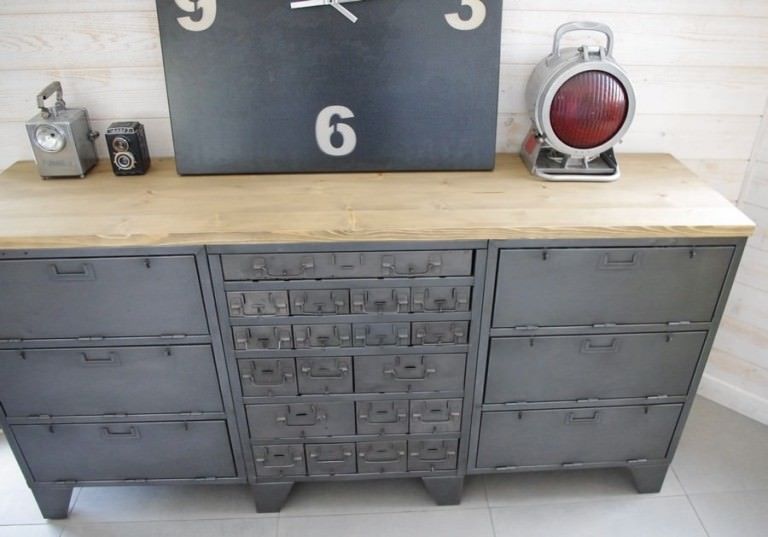 buffet industriel ancien avec casiers militaires restaur. Black Bedroom Furniture Sets. Home Design Ideas