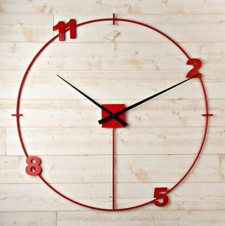 une horloge géante rouge