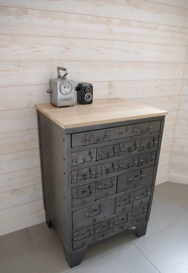 un ancien casier militaire avec tiroirs en acier et chene