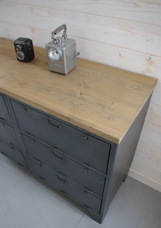buffet industriel avec casiers militaires restaur dans notre atelier. Black Bedroom Furniture Sets. Home Design Ideas