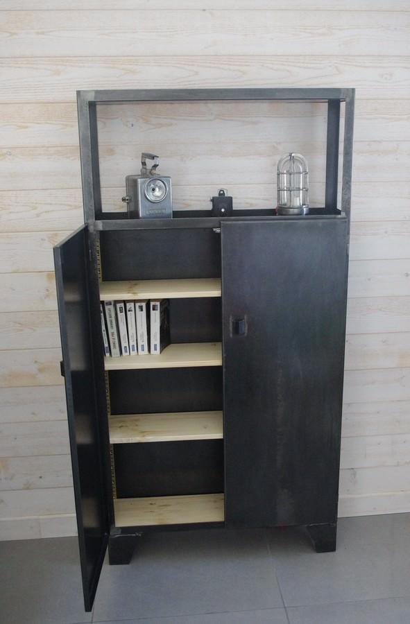 un buffet en acier design avec étagères
