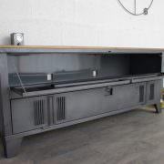 un buffet industriel avec un vestiaire 2 portes et plateau en bois
