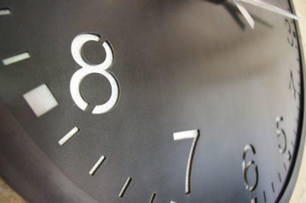 une grande horloge en acier