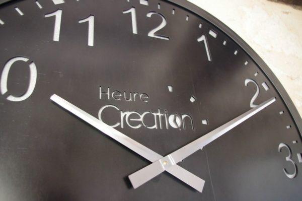 une grande horloge murale de style industriel
