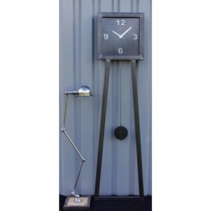 horloge geante en acier brut industriel