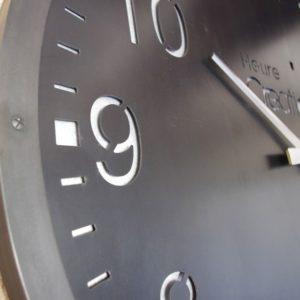 une horloge geante style industriel en acier
