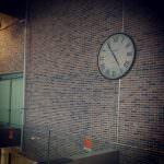 une horloge heure creation au carrefour montecucco à turino