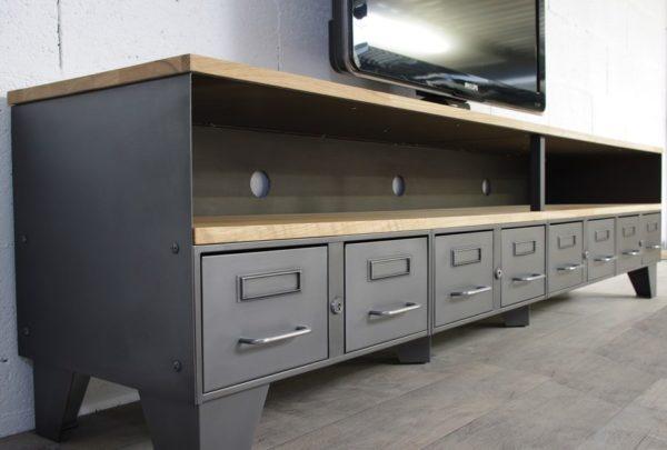 un meuble tv industriel avec une niche avec des tiroirs en metal