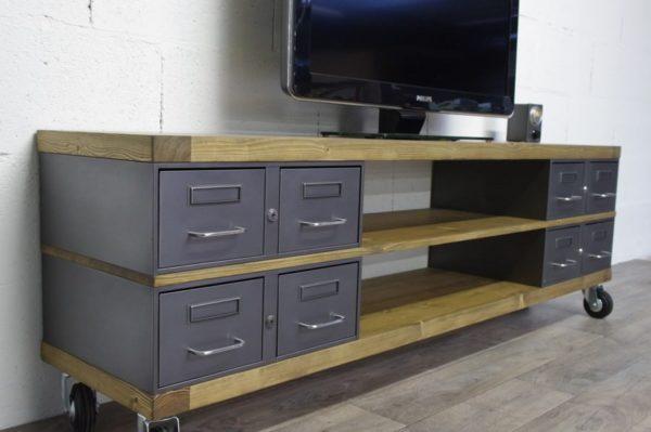un meuble tv industriel sur-mesure avec des roulettes