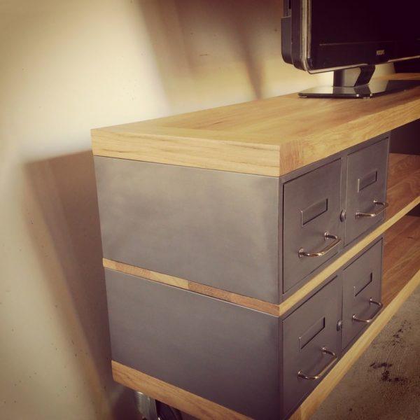 un meuble tv sur-mesure en chene et tiroirs en acier