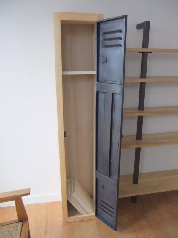 mobilier en bois et porte de vestiaire