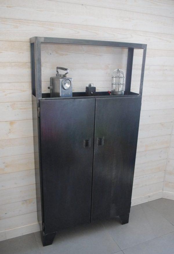 un placard buffet en acier industriel