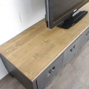 un plateau de meuble tv industriel avec un vestiaire