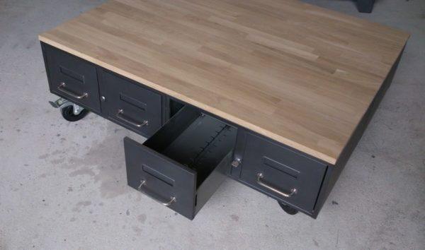 une table basse en acier et bois industrielle