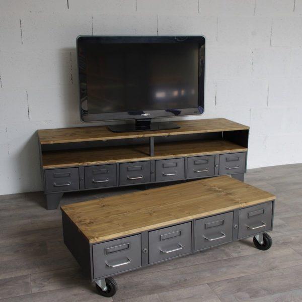 une table basse style industriel avec des tiroirs et roulettes