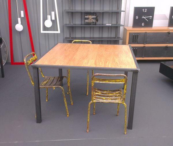 Table de repas acier et bois ch ne heure cr ation for Table esprit industriel