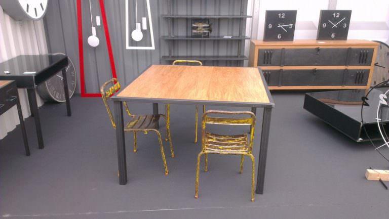 table de séjour acier carré et bois de chêne de style industriel