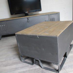 une table basse avec une caisse industrielle