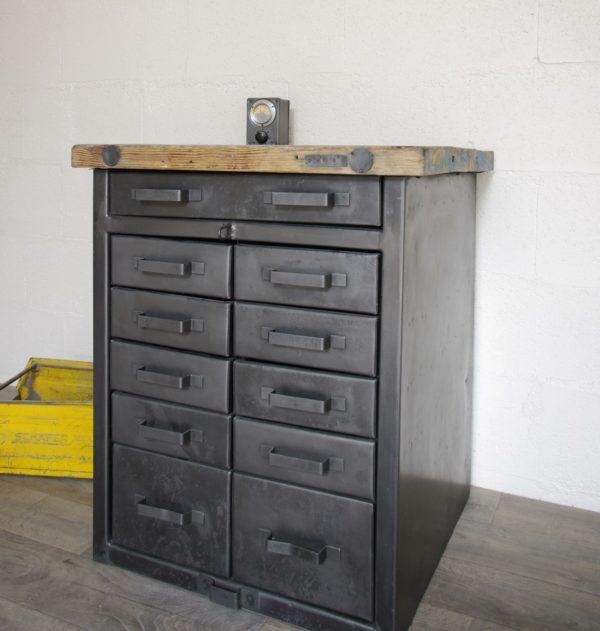 meuble à tiroirs métalliques