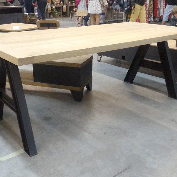 Table de repas style industriel en ch ne et pieds en ipn for Table de nuit style industriel
