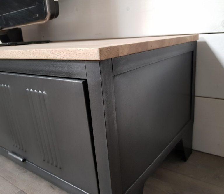 meuble tv industriel avec ancienne porte de vestiaire
